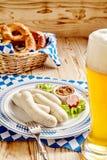 与椒盐脆饼快餐和啤酒的慕尼黑啤酒节香肠 免版税库存图片
