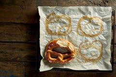与椒盐脆饼版本记录的烤箱纸 库存照片