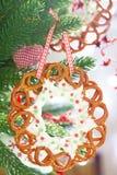 与椒盐脆饼花圈的圣诞节装饰 免版税库存照片