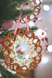 与椒盐脆饼花圈的圣诞节装饰 库存照片