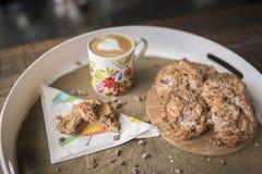 与椰子油,椰子面粉的面筋免费曲奇饼用热的咖啡 免版税库存图片