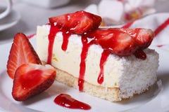 与椰子特写镜头的草莓乳酪蛋糕 库存照片