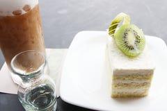 与椰子蛋糕和猕猴桃的冰冻咖啡 免版税库存照片