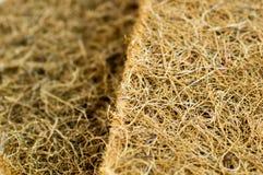 与椰子须根的床垫 椰子粗硬纤维 床垫的生产的被磨碎的椰子壳 纹理,自然本底 库存照片