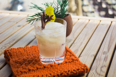 与椰树的鸡尾酒 免版税库存图片