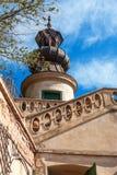 与楼梯栏杆和蓝天的塔在背景 免版税库存照片