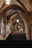 与楼梯的哥特式样式休息室 免版税库存照片