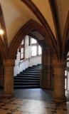 与楼梯的哥特式样式休息室 图库摄影