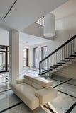 与楼梯的豪华大厅内部 免版税库存照片