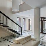 与楼梯的豪华大厅内部 图库摄影