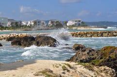 与概略的海浪的热带海滩 库存照片