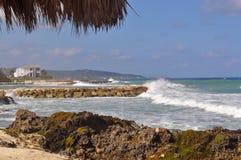 与概略的海浪的热带海滩 库存图片