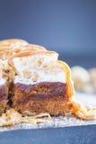 与榛子焦糖顶部桂香和糖粉末的苹果蛋糕 免版税库存图片