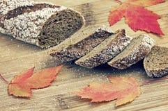 与槭树叶子的切的面包 库存图片