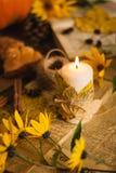 与槭树叶子的秋天蜡烛 免版税库存照片