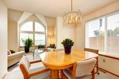与槭树桌的明亮的饭厅在豪华房子里 免版税库存照片