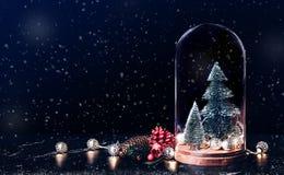 与槲寄生和礼物盒象的圣诞快乐与xmas树 图库摄影