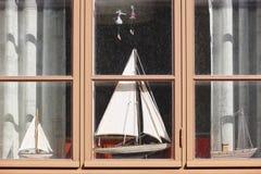 与模型小船的传统木窗口 背景几何老装饰品纸张葡萄酒 免版税库存照片