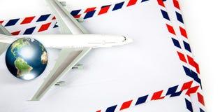 与模型飞机和地球的航寄信包 库存照片