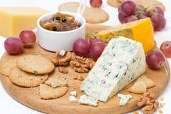与模子、葡萄、薄脆饼干、果酱和坚果的被分类的乳酪 免版税库存照片