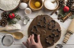 与模子的自然自创辗压在木白色背景的烘烤的假日曲奇饼的 平的位置 库存图片