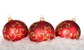 与模式的三个红色圣诞节球 免版税库存图片