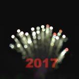 与模糊的bokeh烟花卡片的新年好2017年 库存图片