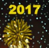 与模糊的bokeh烟花的新年好2017年在黑暗的backgrou 免版税库存图片