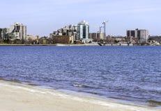 与横跨一个深蓝色湖被看见的起重机的市区地平线, bea 库存图片