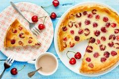 与樱桃和酸性稀奶油装填,果子饼,夏天蛋糕的馅饼 库存图片