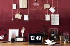 与樱桃墙壁的工作区域 库存照片