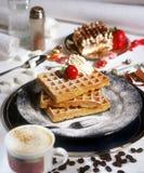 与樱桃蛋糕和咖啡的奶蛋烘饼 免版税库存照片