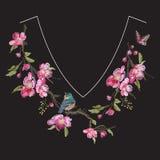 与樱花开花的刺绣花卉脖子线样式 图库摄影