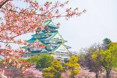与樱花的大阪城堡 美好日本的春天scen 库存照片