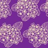 与樱草属的无缝的样式在黑暗的紫罗兰色背景 皇族释放例证