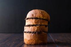 与橄榄凤尾鱼汤橄榄酱的意大利节日糕点三明治 免版税库存照片