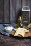 与橄榄油、乳酪、白色sause和草本的Focaccia 免版税库存图片