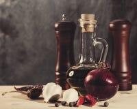与橄榄油、香料和葱的烹调静物画 库存照片