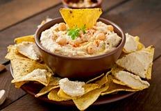 与橄榄油和皮塔饼芯片的Hummus 免版税库存图片