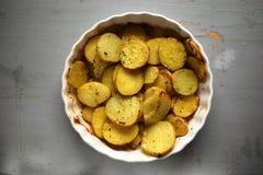 与橄榄油和香料的烤土豆 库存图片