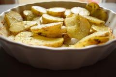 与橄榄油和香料的烤土豆 图库摄影