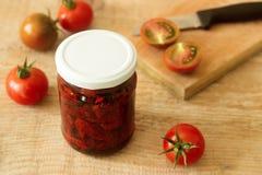 与橄榄油的各式各样的蕃茄在瓶子 库存图片