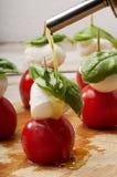 与橄榄油的季节caprese沙拉 免版税库存照片