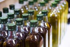 与橄榄油的柜台 免版税库存图片