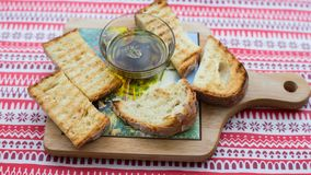 与橄榄油的油煎方型小面包片 库存图片