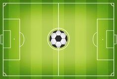 与橄榄球球的足球场在中心 与践踏的足球场在草下 顶视图 免版税库存图片
