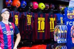 与橄榄球的服装商店和纪念品棍打巴塞罗那sym 免版税库存照片
