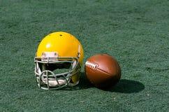 与橄榄球盔的体育场草对此 图库摄影