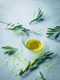 与橄榄色的枝杈的橄榄油 库存照片