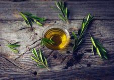 与橄榄色的枝杈的橄榄油 图库摄影